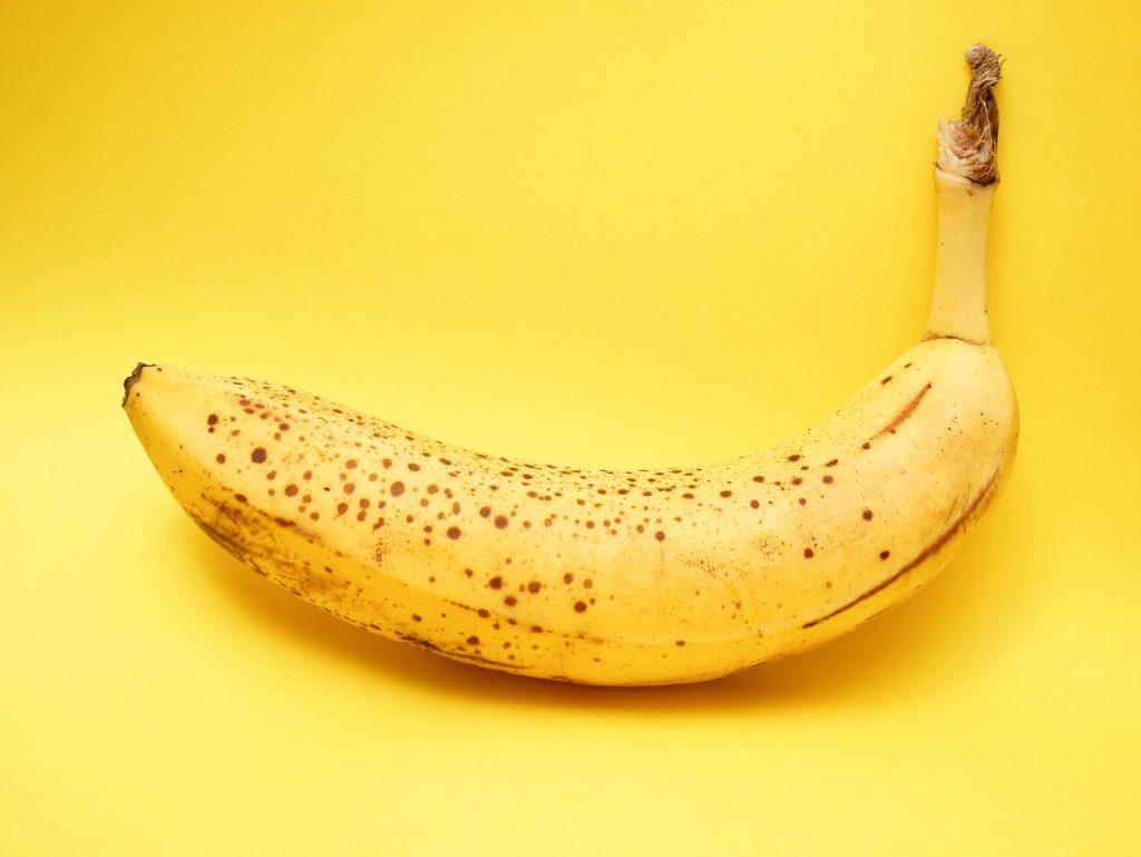 Banaani keltaisella taustalla. Kuva: Lucian Alexe / Unsplash.