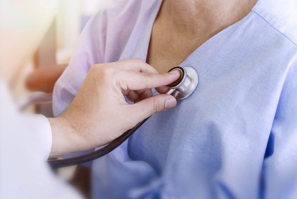 Lääkäri kuuntelee stetoskoopilla