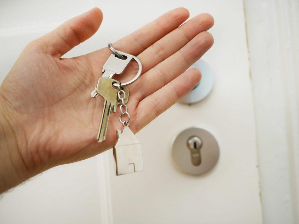Asunnon avain kädessä. Kuva: Maria Ziegler / Unsplash.