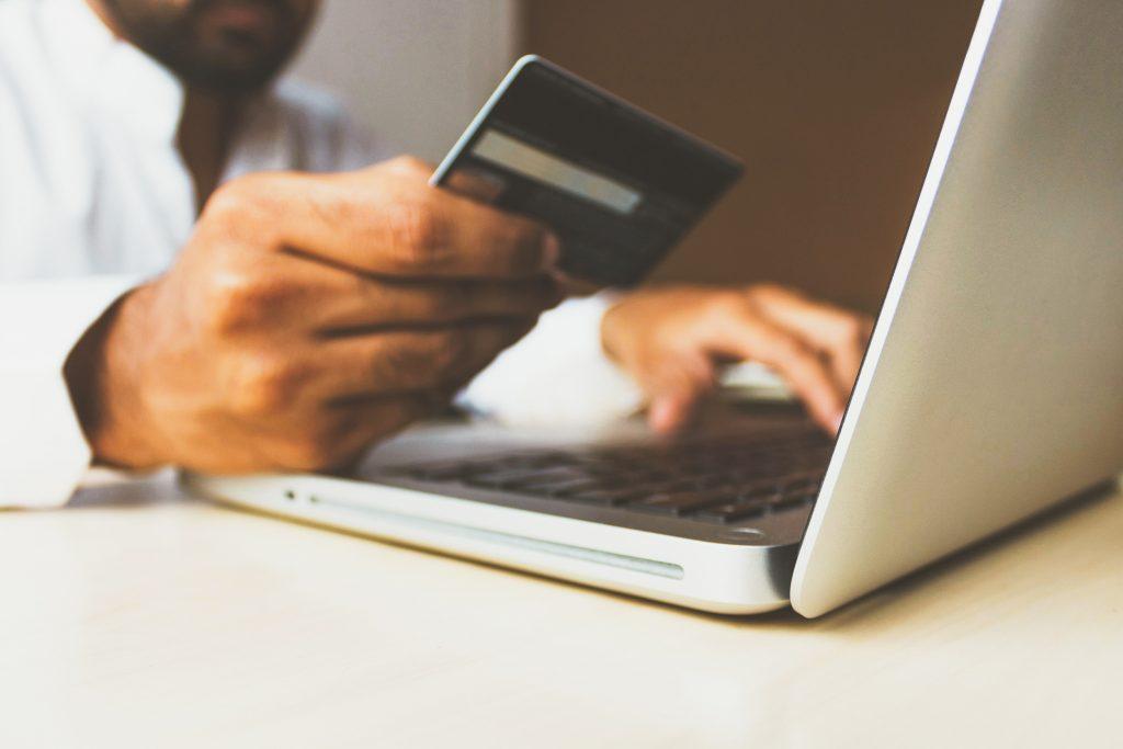 Pankkikortti ja tietokone