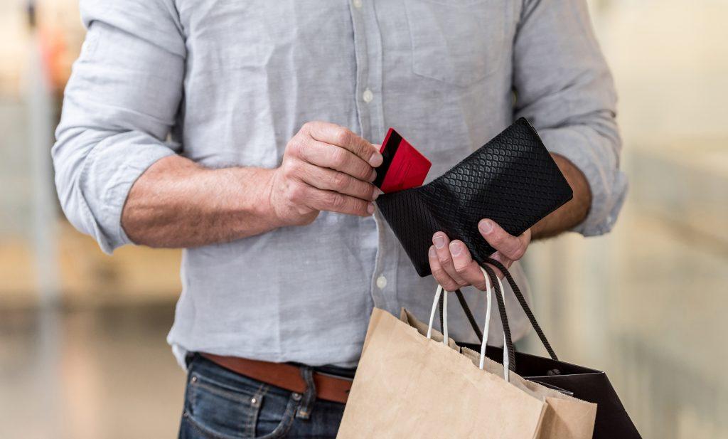 Mies maksaa ostokset