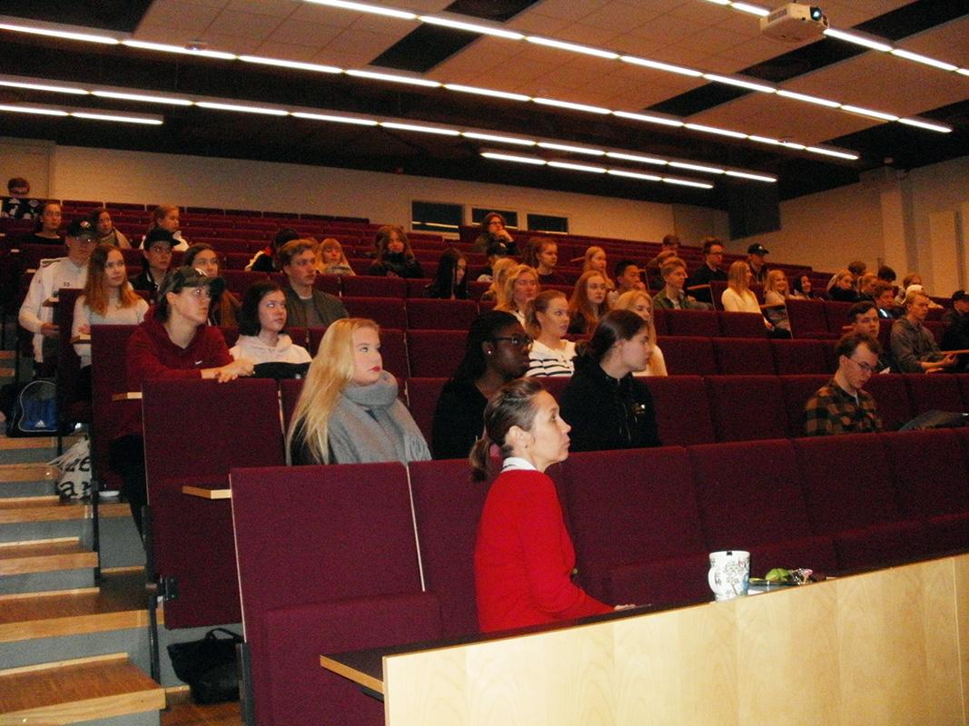 Yleisöä Vuokralaisen ABC -luennolla Keravalla
