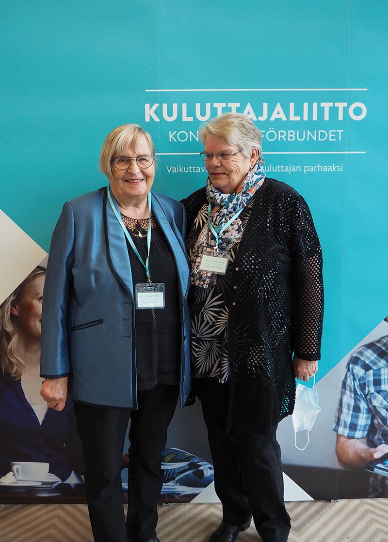 Kaakonkulman Kuluttajien varapuheenjohtaja Kaarina Liljander ja puheenjohtaja Marja-Liisa Pöntynen