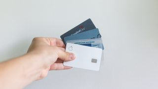 Luottokortteja kädessä. Kuva: Avery Evans/Unsplash.